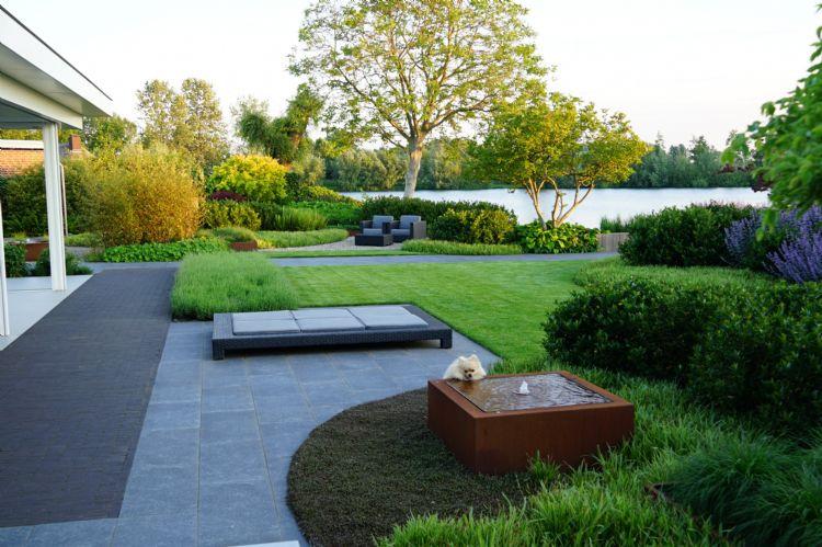 Aanleg tuin bij villa aan het water