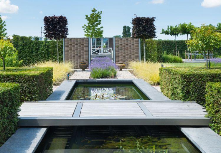 Moderne strakke tuin met vijvers te Bruinisse