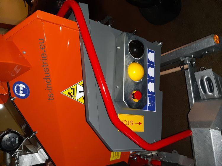 Op alle TS-machines is de invoertrechter opklapbaar. Hierdoor zijn ze compact tijdens transport. De bediening van de aanvoerwalsen is robuust uitgevoerd, met zware industrieknoppen voor de walsen: 'vooruit', 'stop' en 'achteruit'.