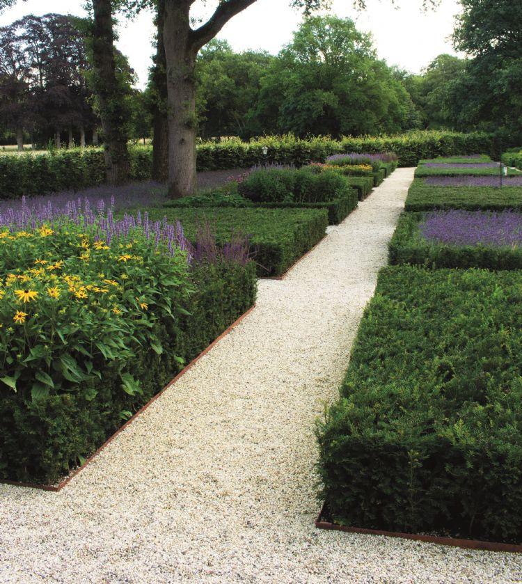 Voor deze klassieke tuin gebruikte Jeroen Satter cortenstalen randbegrenzingen.