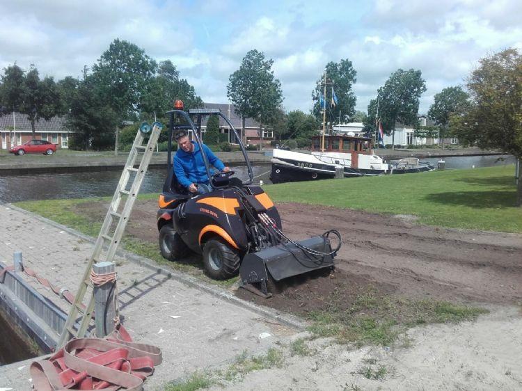 De Norbert-minishovel van Frisian Motors heeft een piekvermogen van 30 kW (40 pk).