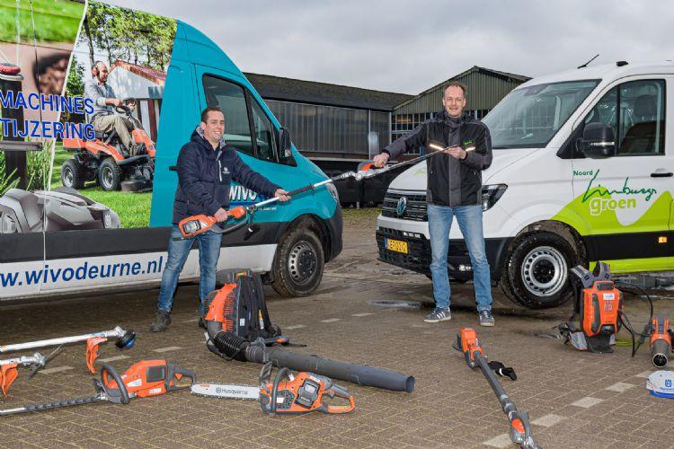 Freek Honings Bedrijfsleider Wivo (links) en Marcel Bos uitvoerder Noord Limburgs Groen. Foto Jos Klijn