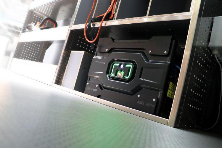 De Zeliox (3.500 W, piekvermogen 6.500 W, capaciteit 3,6 kWh) functioneert zelf ook als accu en voorziet alle accu's onderweg en op locatie van stroom
