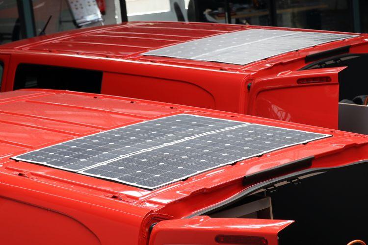 Zonnecellen met een vermogen van zo'n 1.000 wattpiek op de nieuwe werkbussen voorzien de Zeliox van stroom.