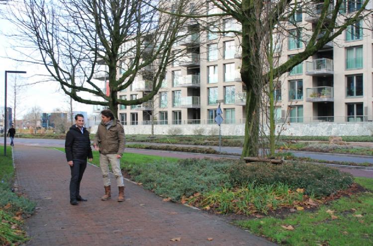 Lodewijk Hoekstra (l) en wethouder Martijn van den Heuvel van de gemeente Weert in open gesprek.