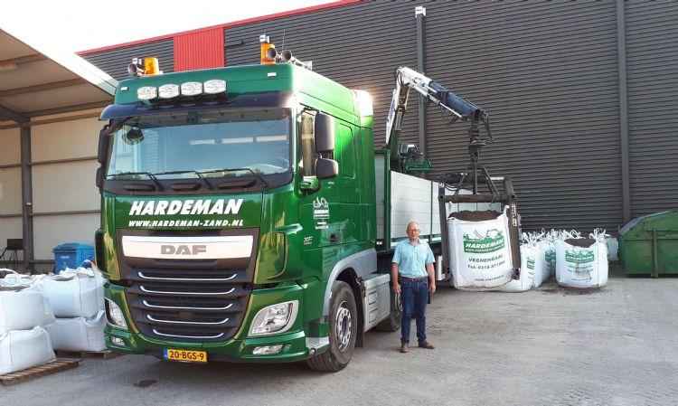 Gijs Hardeman bij een van zijn acht vrachtwagens