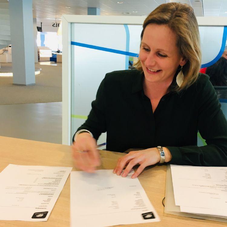 Corine schrijft haar bedrijf in bij de Kamer van Koophandel: De Zeeuw Tuin en Landschap