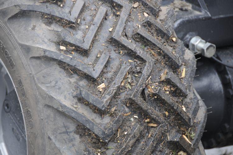Zorg dat de minishovel van jouw keuze met vier wielen aan de grond blijft!