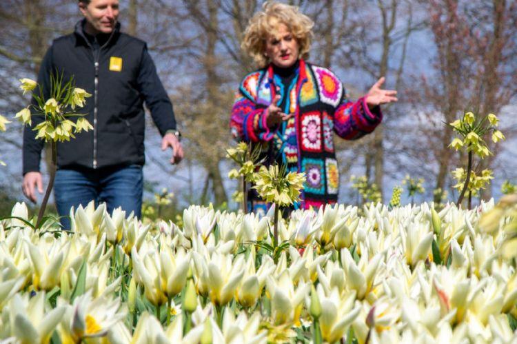 Robbert Uittenbogaard en Karin Bloemen bij de Wild Garden in de Keukenhof