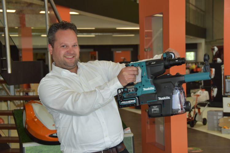 Directeur Paul van der Poel toont een Makita-powertool